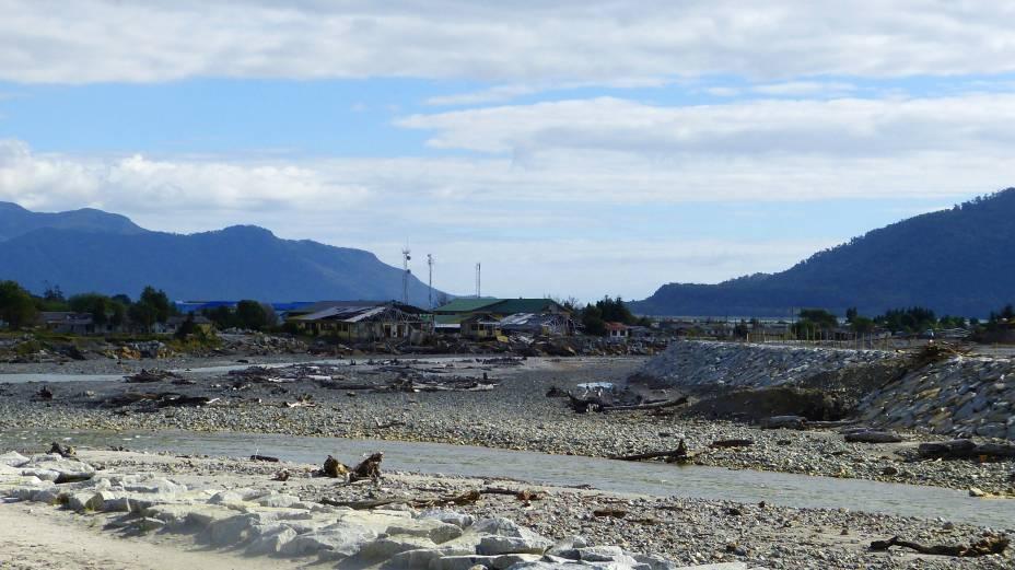 """<strong>Vila de Chaitén, <a href=""""http://viajeaqui.abril.com.br/paises/chile"""" rel=""""Chile"""" target=""""_blank"""">Chile</a></strong>        Localizada ao sul da região de Los Lagos, banhada pelo Oceano Pacífico e na divisa com a <a href=""""http://viajeaqui.abril.com.br/paises/argentina"""" rel=""""Argentina"""" target=""""_blank"""">Argentina</a>, a vila de Chaitén enfrentou um episódio traumático: em 2008, o vulcão homônimo entrou em erupção e provocou a evacuação da população local. A vila acabou sendo transferida junto à localidade de Santa Bárbara, que passou a abrigar seus moradores. A região onde se localizava, a 1200 quilômetros da capital do país, <a href=""""http://viajeaqui.abril.com.br/cidades/chile-santiago"""" rel=""""Santiago"""" target=""""_blank"""">Santiago</a>, hoje enfrenta o status de cidade-fantasma com suas casas destruídas. Isso, é claro, acabou se tornando um impulsionador da curiosidade de turistas que passam pela região e registram seus cenários melancólicos"""