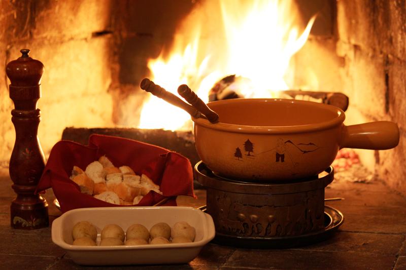"""<a href=""""http://viajeaqui.abril.com.br/estabelecimentos/br-pr-curitiba-restaurante-chalet-suisse"""" rel=""""Chalet Suisse, Curitiba(PR)""""><strong>Chalet Suisse, Curitiba(PR)</strong></a><br />    O restaurante construído para parecer um chalé alpino tem menu degustação com todos os sabores da casa: fondue de queijos suíços, seguido do oriental ou bourguignonne (tradicional fondue de carne suíço, de fatias de filet mignon tipo carpaccio cozidos em um consommé temperado) e, para finalizar, fondue de chocolate. O de queijos suíços (foto), acompanhado de pães e mini batatas cozidas, é preparado com appenzeller, ementhal e raclette. <em>R. Francisco Dallalibera, 1428 (Sta. Felicidade), (41) 3364-7889</em>"""