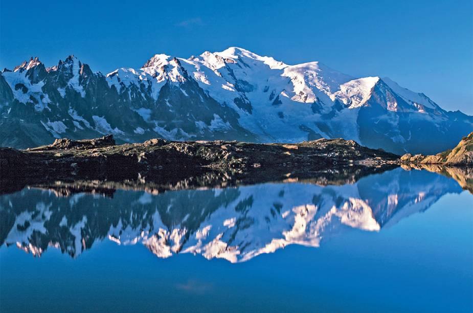 """<strong>2. <a href=""""http://viajeaqui.abril.com.br/materias/esqui-e-vida-selvagem-na-francesa-chamonix"""" rel=""""Chamonix, na França"""" target=""""_blank"""">Chamonix, na França</a></strong>                O nome é très chic, mas o resort de esqui é um dos mais <em>roots</em> dos Alpes europeus. Além de esquiar, é possível fazer trilhas por florestas para conhecer a vida selvagem do lugar. Na foto, o lago Chèserys, espelho dos Alpes"""