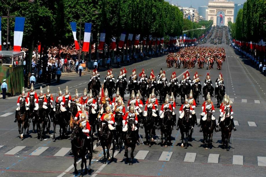 """Estopim da Revolução Francesa, a queda da odiada prisão-fortaleza da Bastilha (que acabou virando pó, e hoje, em seu lugar, encontra-se um belo salão de ópera) é comemorada até hoje na <a href=""""http://viajeaqui.abril.com.br/paises/franca"""" target=""""_blank"""">França</a> como seu dia nacional.O centro das comemorações é a avenida Champs-Elysées, <a href=""""http://viajeaqui.abril.com.br/cidades/franca-paris"""" target=""""_blank"""">Paris</a>, onde pelotões militares da França e de países convidados desfilam garbosamente entre o belicoso Arco do Triunfo de Napoleão Bonaparte e o Largo da Concórdia, onde estava instalado algumas das guilhotinas do Terror. No ar, caças e bombardeiros provocam """"ohs!"""" da platéia que lota as calçadas"""