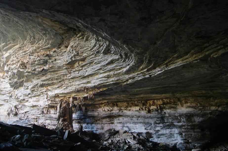 """<strong>3. Gruta Lapa Doce (Lençóis)</strong> Um paredão de 72 metros de altura esconde a boca da gruta. Para entrar é preciso fazer uma escalada íngreme, mas os espeleotemas que sugerem formações curiosas valem a pena. A visita só pode ser feita com guia contratado na entrada e dura 1h30. Há lanchonete e restaurante por quilo no local.<em><a href=""""https://www.booking.com/searchresults.pt-br.html?aid=332455&lang=pt-br&sid=eedbe6de09e709d664615ac6f1b39a5d&sb=1&src=searchresults&src_elem=sb&error_url=https%3A%2F%2Fwww.booking.com%2Fsearchresults.pt-br.html%3Faid%3D332455%3Bsid%3Deedbe6de09e709d664615ac6f1b39a5d%3Bclass_interval%3D1%3Bdest_id%3D258312%3Bdest_type%3Dlandmark%3Bdtdisc%3D0%3Bfrom_sf%3D1%3Bgroup_adults%3D2%3Bgroup_children%3D0%3Binac%3D0%3Bindex_postcard%3D0%3Blabel_click%3Dundef%3Bmap%3D1%3Bno_rooms%3D1%3Boffset%3D0%3Bpostcard%3D0%3Braw_dest_type%3Dlandmark%3Broom1%3DA%252CA%3Bsb_price_type%3Dtotal%3Bsearch_selected%3D1%3Bsrc%3Dindex%3Bsrc_elem%3Dsb%3Bss%3DMorro%2520do%2520Pai%2520In%25C3%25A1cio%252C%2520%25E2%2580%258BLen%25C3%25A7%25C3%25B3is%252C%2520%25E2%2580%258BBahia%252C%2520%25E2%2580%258BBrasil%3Bss_all%3D0%3Bss_raw%3DMorro%2520do%2520Pai%2520In%25C3%25A1cio%3Bssb%3Dempty%3Bsshis%3D0%26%3B&ss=Len%C3%A7%C3%B3is%2C+%E2%80%8BBahia%2C+%E2%80%8BBrasil&ssne=Montanha+Pai+in%C3%A1cio&ssne_untouched=Montanha+Pai+in%C3%A1cio&checkin_monthday=&checkin_month=&checkin_year=&checkout_monthday=&checkout_month=&checkout_year=&no_rooms=1&group_adults=2&group_children=0&highlighted_hotels=&from_sf=1&ss_raw=Len%C3%A7%C3%B3is&ac_position=0&ac_langcode=xb&dest_id=-651759&dest_type=city&search_pageview_id=f9b98f58b0d50027&search_selected=true"""" target=""""_blank"""" rel=""""noopener"""">Busque hospedagens em Lençóis</a></em>"""