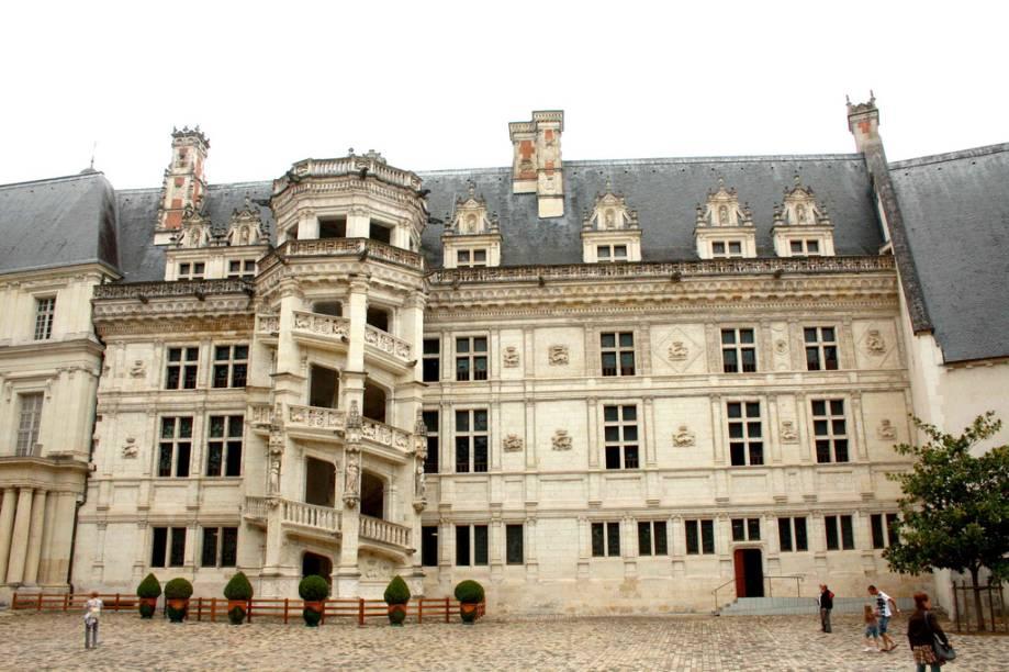 Exterior do castelo de Blois, com sua famosa escadaria