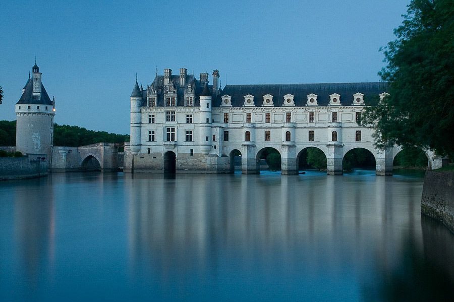 O castelo de Chenonceau possui uma galeria dupla sobre o rio Cher, no Vale do Loire