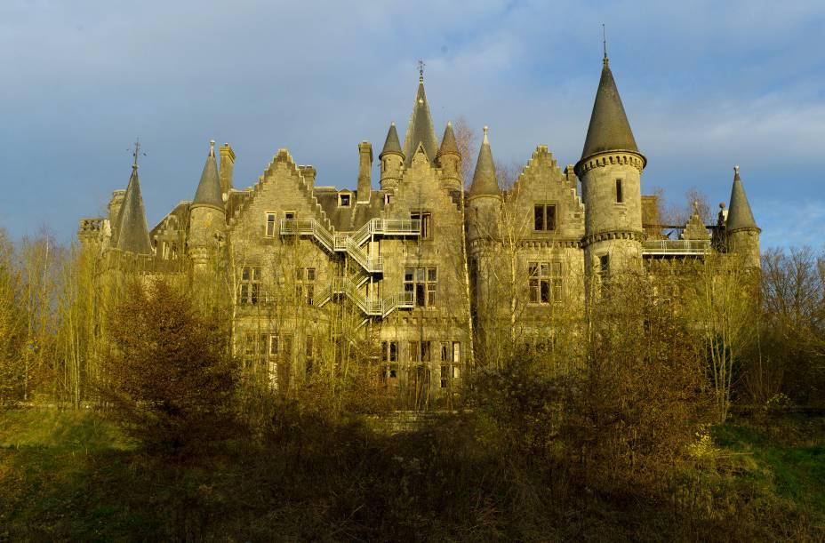 """<strong>Château Miranda, <a href=""""http://viajeaqui.abril.com.br/paises/belgica"""" rel=""""Bélgica"""" target=""""_blank"""">Bélgica</a></strong>    Construído em 1866 pelo arquiteto inglês Edward Milner, o castelo neogótico, que também atende pelo nome de Château de Noisy, tinha o objetivo de servir como moradia para o clã francês Liedekerke-Beaufort, que procurava um lugar para fugir durante a Revolução Francesa. Com o falecimento de Edward, a construção ficaria inacabada e sob os cuidados da família até ser invadida por nazistas durante a Segunda Guerra Mundial. Nos anos posteriores, a construção teve várias funções distintas, dentre elas: a moradia de empregados de uma empresa ferroviária, colônia de férias e até orfanato. O estado de completo abandono do local começou em 1991, ano em que a família passou a ter dificuldades em manter a propriedade graças aos altos investimentos que a mesma exigia. Posteriormente, o governo belga tentou adquirir a posse do castelo, mas teve o pedido negado pelos herdeiros e hoje encontra-se inabitado e em estado de ruínas"""