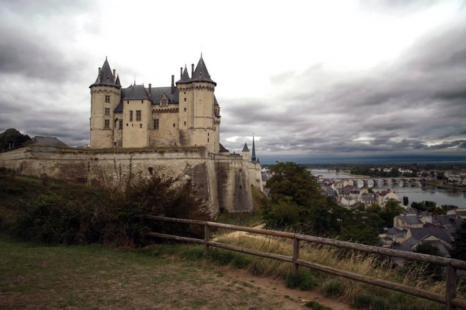 O Castelo de Saumur, do século 14, domina a cidade e o rio Loire, que corre aos seus pés