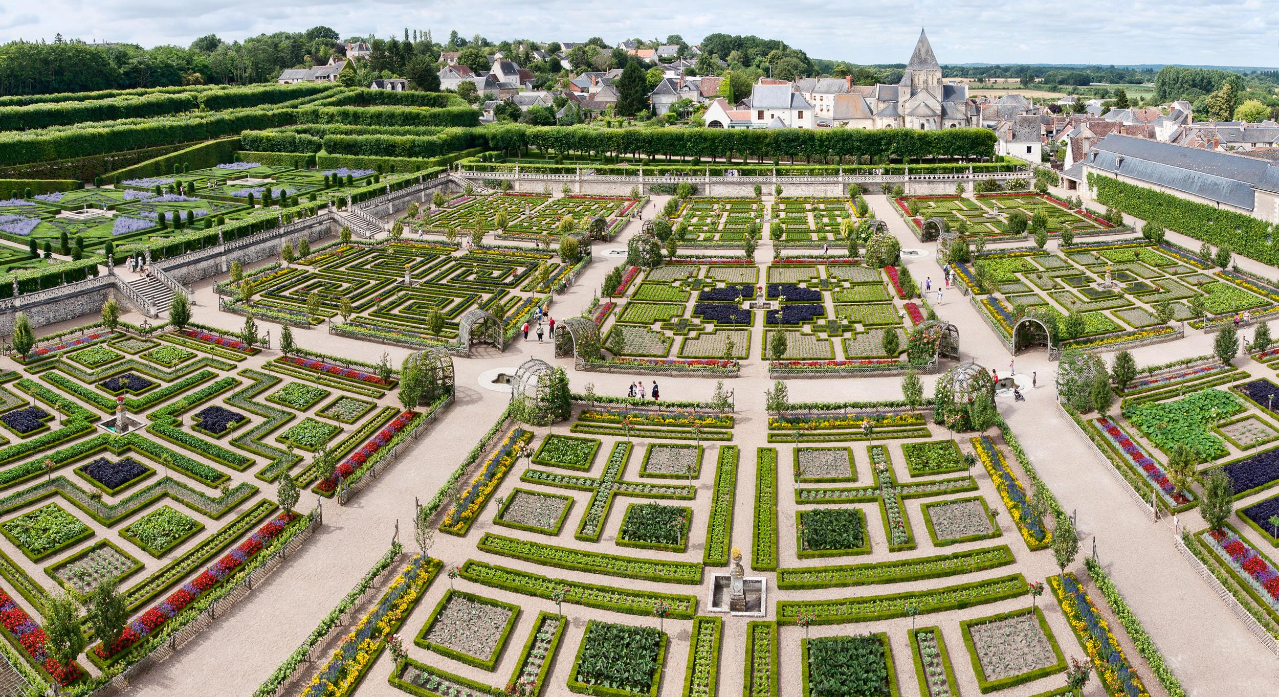 Vista panorâmica do jardim do Château Villandry, no Vale do Loire, França