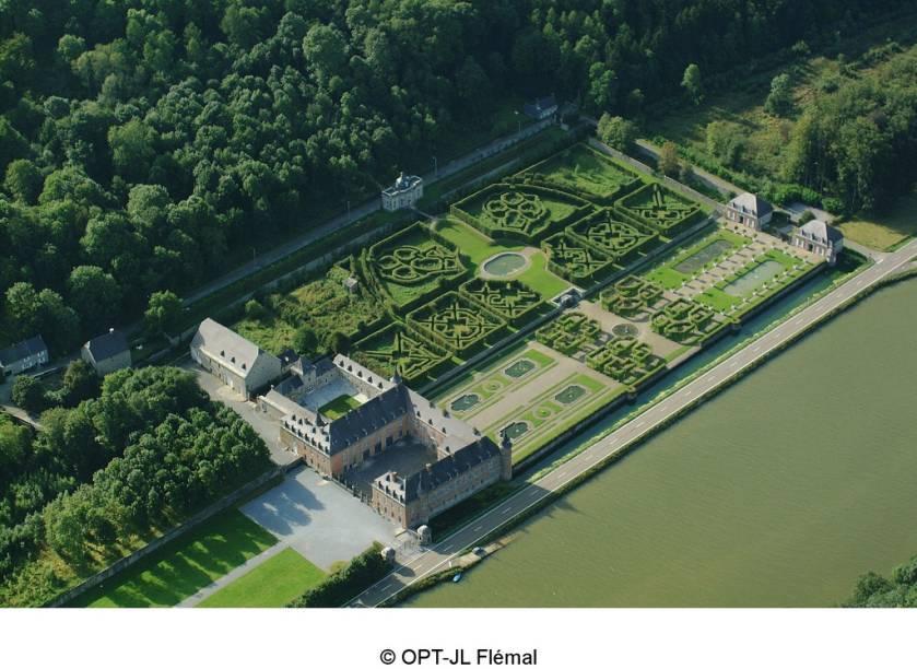 O Chateau de Freyr, na Valônia, é célebre por seu belos jardins ao estilo de Versalhes junto ao rio Meuse