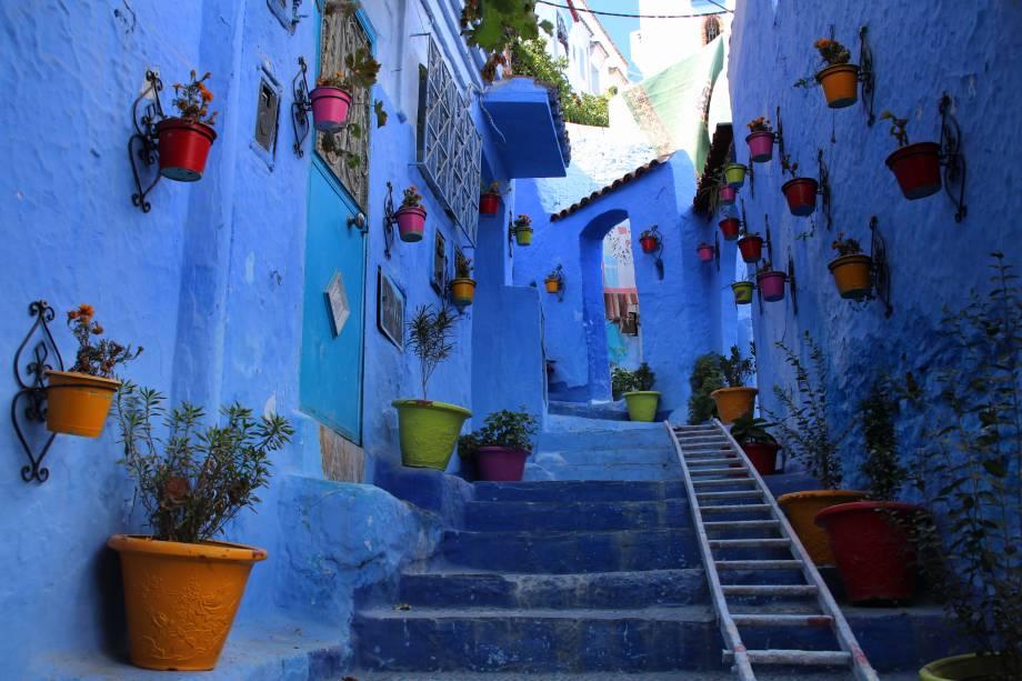 Chefchaouen, no norte do Marrocos, tem uma paisagem arquitetônica típica da mistureba de referências árabes, espanholas e judaicas – um emaranhado de ruelas estreitas, às vezes formando passagens sob arcos, às vezes desembocando em escadas ou pequenos pátios. E para deixar tudo mais charmoso, o Centro Antigo da cidade tem paredes, portas, janelas e, em certos trechos, até o chão pintados em diferentes tons de azul