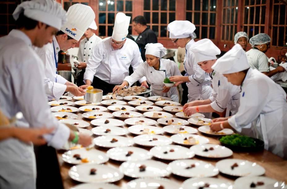 Chefs trabalham durante a última edição do festival, em 2012