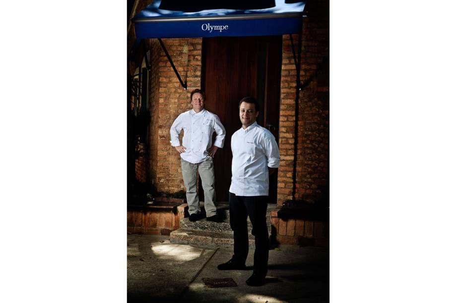 Chef francês Claude Troisgros (ao fundo) e seu filho Thomas, em frente ao restaurante Olympe, no Rio de Janeiro