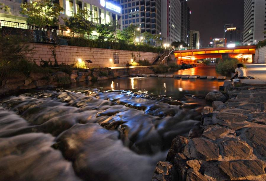 O córrego Cheonggyecheon em Seul é dos mais bem acabados exemplos de recuperação urbana e paisagística dos últimos anos