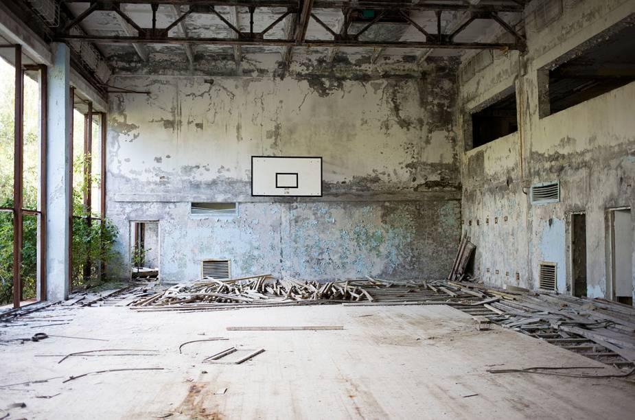 Da quadra de basquete, só restou o quadro da cesta