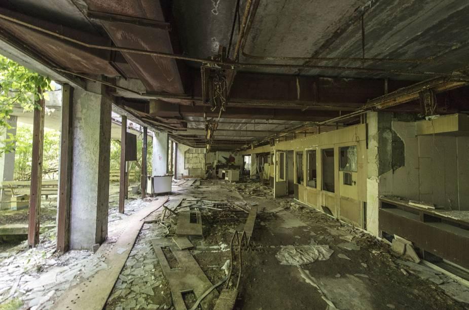 Prédio abandonado e sem vidros nas janelas em Pripyat