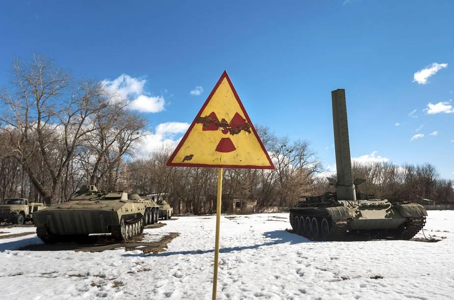 Tanques de guerra também jazem ao lado de placas com aviso de radiação, que estão por todos os lugares