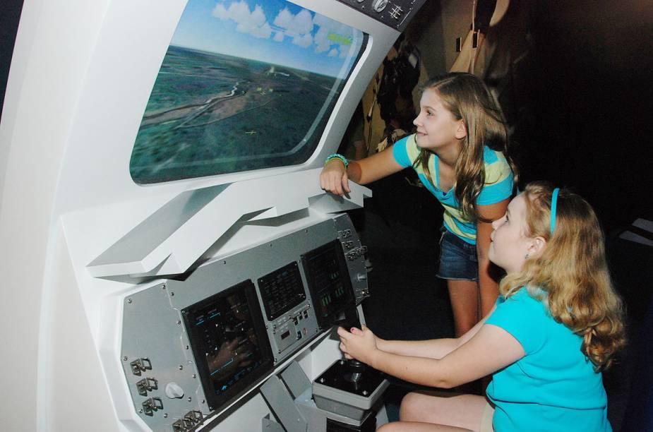 Crianças brincam em um simulador de pouso de ônibus espaciais no Space Shuttle Atlantis, uma das atrações do Kennedy Space Center, no Cabo Canaveral