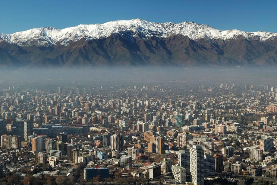 A cidade de Santiago do Chile mistura ares europeus com ritmos latinos. A bela visão de seu entorno é marcada pela proximidade com a Cordilheira dos Andes