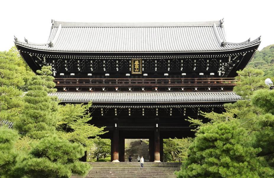 """<strong>Chion-in</strong> Datando do ano 1234, este templo budista pertence à seita Jodo, uma das mais populares no país, e impressiona principalmente pelo tamanho. Seu enorme portão, chamado Senmon, tem 24 metros de altura e é a maior estrutura do tipo em todo o Japão. Seu sino, que data de 1633, é também um dos mais pesados do mundo – com 74 toneladas, são necessários 17 monges para tocá-lo na cerimônia de ano novo! Por fim, seu salão principal é, também, enorme, podendo abrigar até 3000 pessoas. Além disso, este templo também foi usado em filmagens: é possível vê-lo no filme """"O Último Samurai"""", no qual foi usado como cenário para o que seria o castelo do imperador."""