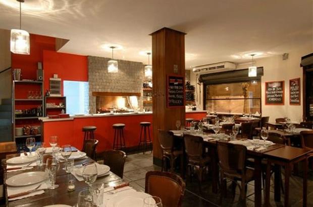 """<a href=""""http://viajeaqui.abril.com.br/estabelecimentos/ar-buenos-aires-restaurante-chori-wine"""" rel=""""Chori & Wine"""" target=""""_blank""""><strong>Chori & Wine</strong></a>Aconhegante, a casa de esquina tem atmosfera informal e churrasqueira à vista dos clientes. É um bom lugar para saber mais sobre o assado portenho, já que o proprietário Jorge Martene morou em Porto Seguro, na Bahia e fala bem o português. No cardápio, predominam os cortes das raças shorton e aberdeen.Site: www.choriandwine.com.arEndereço: Calle Godoy Cruz, 1997, Palermo SohoTelefone: +54 (11) 4773-0954"""