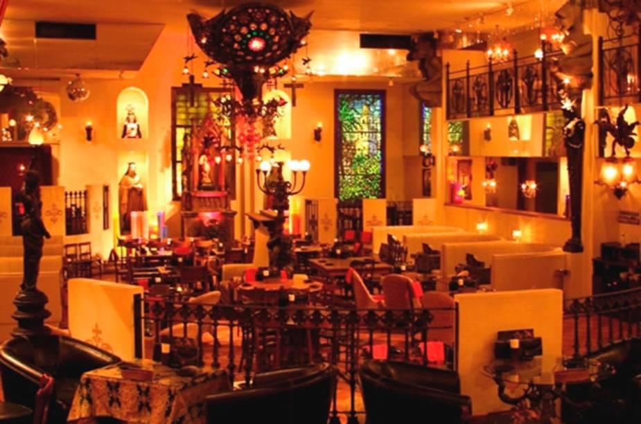 """O tema do <a href=""""https://www.dd-holdings.jp/shops/christoncafe/shinjyuku#/"""">Christon Cafe</a> é a Igreja Católica. A decoração carregada conta com altares e imagens de santos. Os pratos servidos são uma fusão de comida europeia com asiática. Apesar da decoração, que remete a um certo puritanismo, o espaço do restaurante é usado como locação para """"pecadoras"""" festas de arromba"""