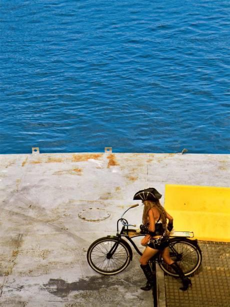 Ciclista no embarque do ferry