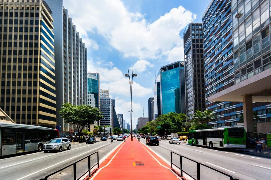 A ciclovia que corta e divide a Avenida Paulista em duas partes