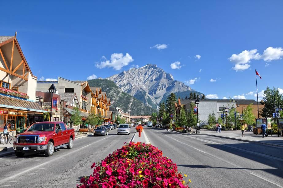 <strong>Cidade de Banff</strong>    Comece o passeio pela cidade de Banff, que já irá recebê-lo com uma vista espetacular para a montanha Cascade. A cidade é pequena, mas tem ampla oferta de hotéis a diversos preços e bastante informação turística para realizar os passeios sem precisar de guia. Na cidade também podem ser contratados tours em diversas agências respeitáveis, que podem prover todos os equipamentos necessários para a sua aventura e guias experientes