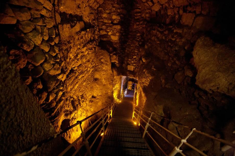 <strong>Cidade de Davi </strong>(local sagrado para o judaísmo)O lugar é um grande parque arqueológico com muralhas que datam dos séculos 18 e 13 a.C., túneis atribuídos a Salomão e um reservatório de água de 70 d.C. A Cidade de Davi fica ao sul da Cidade Velha, nos limites da muralha