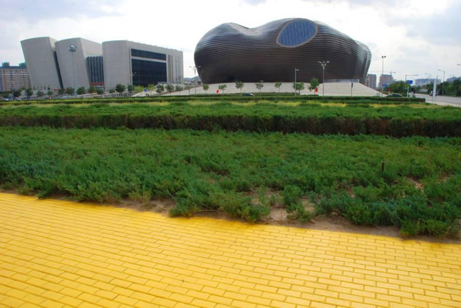 """<strong>Cidade de Ordos, <a href=""""http://viajeaqui.abril.com.br/paises/china"""" rel=""""China"""" target=""""_blank"""">China</a></strong>    Com uma área de mais de 86 mil km2, Ordos ficou conhecida como a maior cidade fantasma do mundo. Fundada em 26 de fevereiro de 2001, ela tinha o objetivo de servir como uma das cidades futurísticas mais impactantes da China. O problema foi que os altos investimentos desembolsados para a região, projetada para abrigar mais de um milhão de habitantes, sofreu com a falta de verba e por problemas graves em torno dos financiamentos imobiliários. A consequência disso foi que a maior parte dos seus possíveis moradores preferiram migrar para outros centros urbanos, enquanto outros permaneceram em suas residências rurais. Hoje em dia, boa parte de seus edifícios encontra-se em completo estado de decadência"""