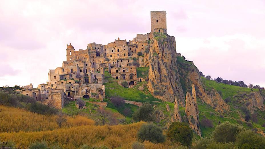 """<strong>Cidade Fantasma de Craco, <a href=""""http://viajeaqui.abril.com.br/paises/italia"""" rel=""""Itália"""" target=""""_blank"""">Itália</a></strong>    As origens da cidade são extremamente antigas: há registros sobre ela datados de VIII a.C., o que se reflete em suas construções e ruínas bem conservadas pelo tempo. O abandono da região se deu por conta de deslizamentos de terra, visto que a cidade de solo calcário possui uma localização estratégica no topo de uma colina, que fez com que seus antigos moradores deixassem suas casas sob ameaças de soterramento. Sua beleza, no entanto, fez com que ela ficasse sob a mira de turistas curiosos que passam pela província de Matera, onde Craco se localiza, e a colocou na mira de produtores. Sua paisagens serviram de cenário para vários filmes, como <em>A Paixão de Cristo</em>, de Mel Gibson, e <em>007 – Quantum Of Solace</em>"""