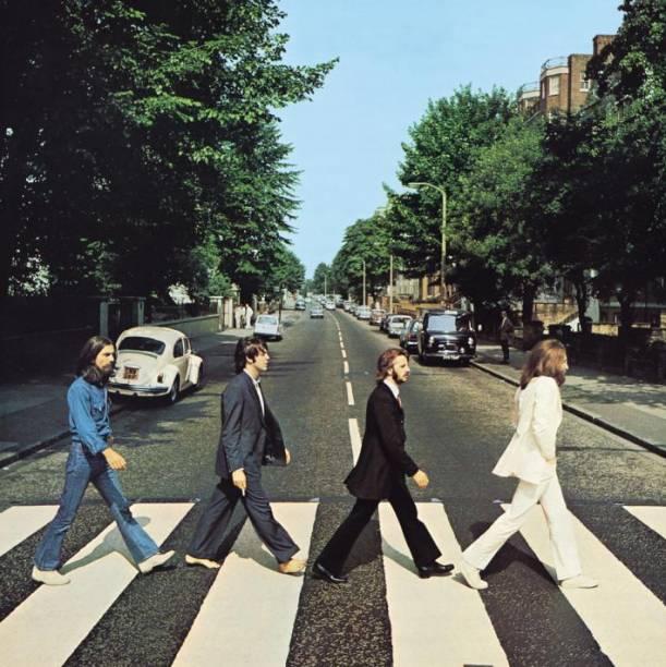 """<strong><a href=""""http://viajeaqui.abril.com.br/cidades/reino-unido-londres"""" rel=""""Londres, Inglaterra"""">Londres, Inglaterra</a></strong><br />      O que Rolling Stones, David Bowie, Queen, The Who, Sex Pistols e The Police têm em comum? Notoriedade, rocknroll e raízes em Londres. Com esse peso na história da música, a capital britânica é recheada de marcos do rock, desde a casa de Freddie Mercury, até a famosa Abbey Road. A rua foi atravessada pelos Beatles para uma sessão fotográfica de 10 minutos que entrou para a história: a famosa cena (foto) estampou o álbum da banda, que levou o nome do local e do Abbey Road Studios, onde foi gravado. Não muito longe dali, o Wembley Stadium foi literalmente palco para o notório Live Aid de 13 de julho de 1985, que inspirou a data do dia do rock e reuniu U2, Bowie, Queen, The Who, Paul McCartney e os sobreviventes do Led Zeppelin no mesmo evento. Veja outros marcos musicais da capital no <a href=""""http://www.visitbritain.com/pt/Things-to-do/Sightseeing/Londons-music-landmarks.htm"""" rel=""""site da Visit Britain"""">site da Visit Britain</a>"""