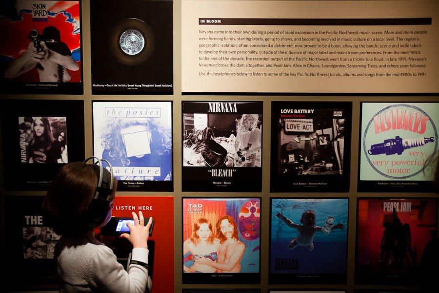 """<strong>Seattle, <a href=""""http://viajeaqui.abril.com.br/paises/estados-unidos"""">Estados Unidos</a></strong>Seattle, no estado americano de Washington, é a terra natal do guitarrista Jimi Hendrix e do movimento grunge, que no fim dos anos 1980 reuniu bandas como Mother Love Bone, Nirvana, Soundgarden, Alice in Chains e Pearl Jam. Dessas, apenas Pearl Jam e Alice in Chains ainda existem, mas a <a href=""""http://www.urbanadventures.com/Seattle_tour_seattle_music_tour_by_foot"""">Urban Adventures</a> e a <a href=""""http://whitemoustache.com/musictour"""">White Mustache</a> fazem tours musicais pela cidade. O bar e café <a href=""""http://thecrocodile.com"""">The Crocodile</a> já recebeu os grupos locais, além de R.E.M. e Mudhoney, e a Experience Music Project (EMP) traz a mostra permanente <em><a href=""""http://www.empmuseum.org/exhibitions/index.asp?categoryID=19&ccID=242"""">Jimi Hendrix: An Evolution of Sound</a></em>. O <a href=""""http://www.seattle.gov/music/map/Outsideseattle.htm"""">túmulo de Hendrix</a>, aliás, pode ser visitado no Greenwood Memorial Park, em Renton"""