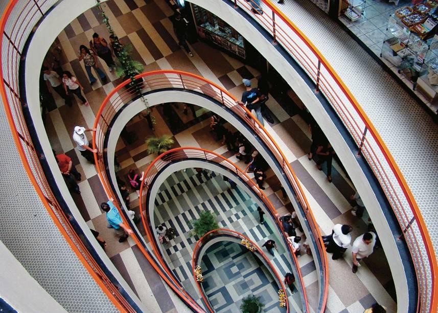 """<a href=""""http://www.galeriadorock.com.br/blog/"""" target=""""_blank"""" rel=""""noopener""""><strong>Galeria do Rock, São Paulo</strong></a>Apontado no <em>Guinness Book of Records</em> como o lugar de maior concentração de estabelecimentos dedicados ao rock, o Centro Comercial Grandes Galerias é mais conhecido mesmo como Galeria do Rock. A partir dos anos 1970, o prédio no Centro de São Paulo, permeado por ateliês de alfaiates e sapateiros, deu lugar às primeiras lojas de discos de vinil, que transformariam o espaço em ponto de encontro de fãs e músicos nos anos seguintes. Em média, 5 mil pessoas circulam diariamente pelos quatro andares da galeria, que já recebeu as ilustres presenças de Bruce Dickinson (vocalista do Iron Maiden) e Kurt Cobain (Nirvana). Atualmente, diferentes tribos urbanas convivem no local"""