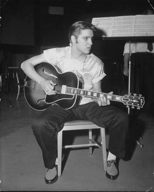 """<strong>Memphis, Tennessee, <a href=""""http://viajeaqui.abril.com.br/paises/estados-unidos"""">Estados Unidos</a></strong>""""<em>Long distance information give me Memphis, Tennessee</em>"""" (""""Informação de longa distância, me dê/me conecte com Memphis, Tennessee""""), pede Elvis Presley, citando sua terra natal em música homônima. Na letra, a cidade é sua conexão com uma tal de Marie, mas para os fãs do rock a atração local é o Rei do Rock. É por isso que <a href=""""http://www.elvis.com/graceland/tours/default.aspx"""" target=""""_blank"""" rel=""""noopener"""">Graceland</a>, a mansão onde Presley viveu, é a segunda residência mais visitada dos Estados Unidos, só perde para a Casa Branca. Em Memphis também dá para visitar o <a href=""""http://memphisrocknsoul.org"""" target=""""_blank"""" rel=""""noopener"""">RocknSoul Museum</a>,o <a href=""""http://www.sunstudio.com"""" target=""""_blank"""" rel=""""noopener"""">Sun Studio</a>, onde o rock nasceu, e a fábrica de guitarras <a href=""""http://www.gibson.com/en-us/Locations/RetailCenters/Memphis/"""" target=""""_blank"""" rel=""""noopener"""">Gibson</a> (que produz a Les Paul) – e também fazer compras em seu Retail Center"""