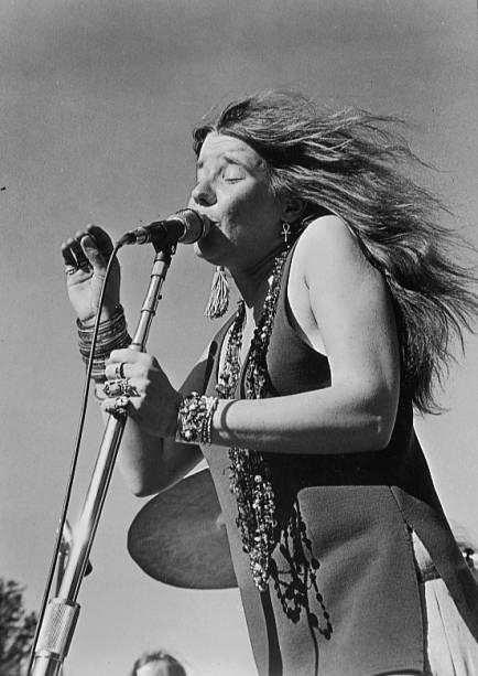 """<strong>Bethel, Nova York, <a href=""""http://viajeaqui.abril.com.br/paises/estados-unidos"""">Estados Unidos</a></strong>Bethel? O que Bethel tem a ver com rock? Bem, foi na cidadezinha próxima a White Lake, no leste americano, que aconteceu o grande Woodstock Festival em 1969. A fazenda de Max Yasgur recebeu 400.000 pessoas para celebrar """"três dias de paz e música"""". Joe Cocker, Janis Joplin, Creedence Clearwater Revival, The Who e Jimi Hendrix foram trilha sonora para estados alterados de consciência, amor livre e mensagens antiguerra. Seja uma aventura que mudou vidas ou um evento sujo e desorganizado, Woodstock entrou para a história. O panorama dos anos 1960 e fragmentos do festival podem ser visitados no museu de <a href=""""http://www.bethelwoodscenter.org/museum.aspx"""" target=""""_blank"""" rel=""""noopener"""">Bethel Woods</a>"""