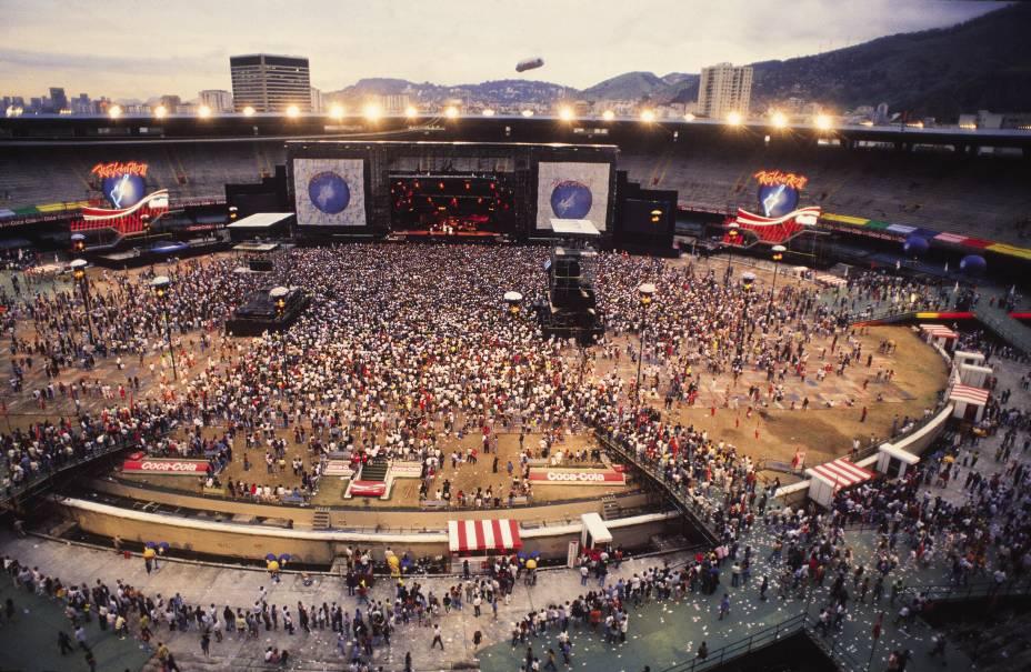 """<a href=""""http://www.rockinrio.com.br"""" target=""""_blank"""" rel=""""noopener""""><strong>Rock in Rio</strong></a>Foi no ano de 1985 que a palavra """"metaleiro"""", em referência aos fãs do heavy metal, ganhou as ruas brasileiras, graças às bandas estrangeiras que se apresentaram na Cidade do Rock, montada em Jacarepaguá, no Rio de Janeiro, para o primeiro Rock in Rio. Em 9 dias do mês de janeiro daquele ano, 1 milhão de pessoas assistiram a 28 bandas e artistas, entre elas AC-DC, B'52, Iron Maiden, Ozzy Osbourne e Queen. Entre as nacionais estavam Barão Vermelho, Paralamas do Sucesso e Kid Abelha. Seis anos depois, a segunda edição do evento reuniu 700 mil pessoas no Maracanã. Apesar do nome, o evento também acontece em Lisboa e em Madrid."""