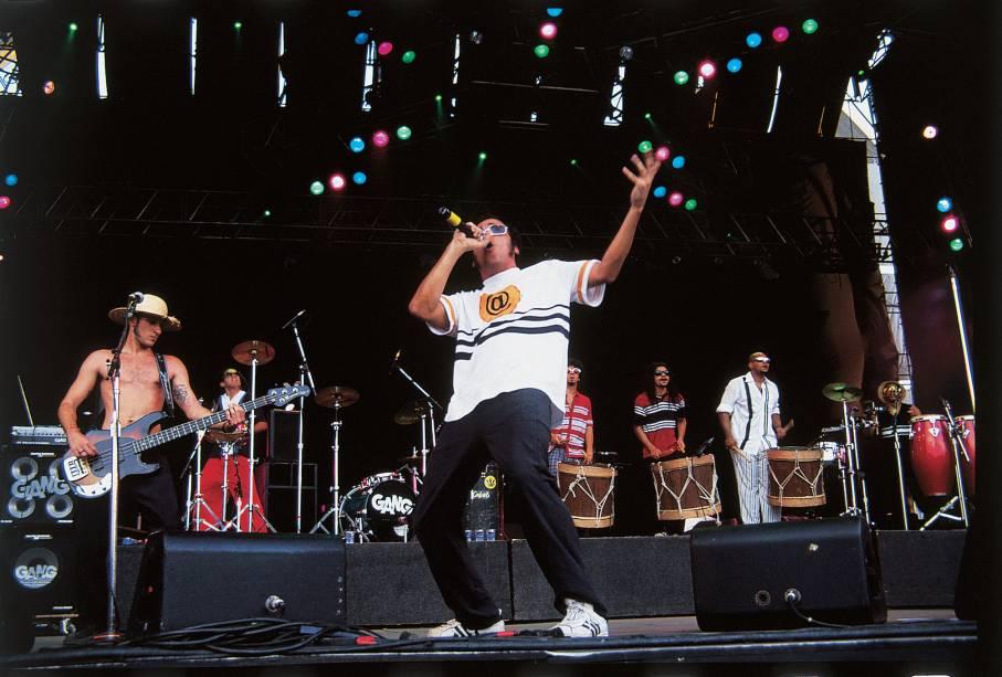 """<a href=""""http://viajeaqui.abril.com.br/cidades/br-pe-recife""""><strong>Recife, Pernambuco</strong></a>Um caldeirão musical que misturava ritmos regionais como o maracatu, o coco e a música popular brasileira com o rock deu origem ao manguebeat, estilo que tomou forma no início dos anos 1990 com as bandas Chico Science & Nação Zumbi e Mundo Livre S/A. Mais que um estilo musical, esses grupos propuseram, até por meio de um manifesto, uma analogia entre a cultura pernambucana e o mangue, um dos ecossistemas mais ricos do planeta. O manguebeat estourou em 1993 com o festival Abril Pro Rock, que desde então acontece anualmente no mês de abril"""
