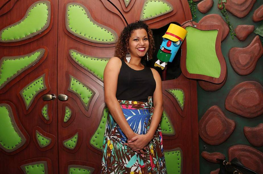 Cinthya Rachel, que fazia a esperta Biba, visita o museu - não sem antes dizer a senha ao porteiro!