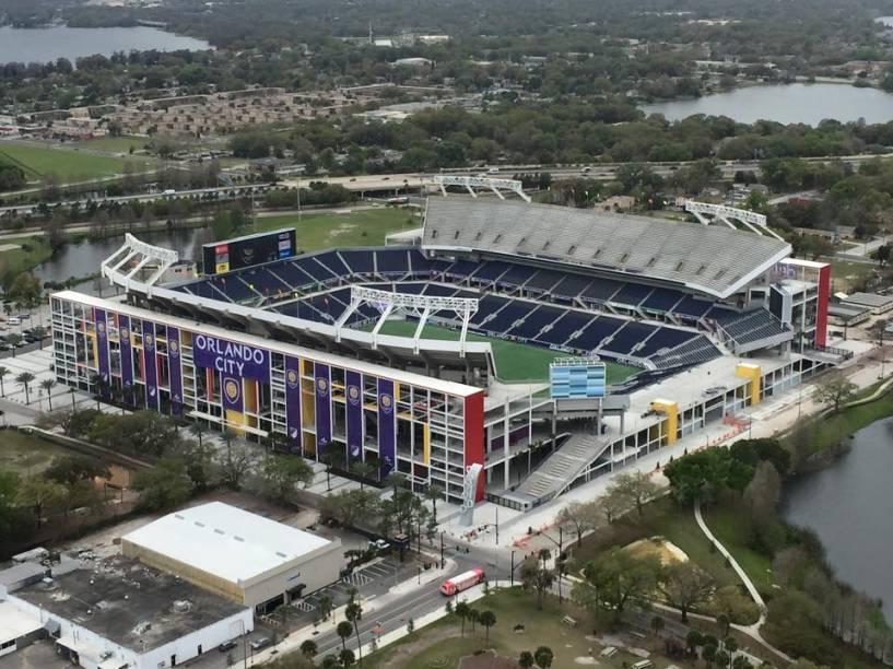 """<strong>Copa América Centenário em Orlando</strong>        De 3 a 26 de junho, os EUA sediarão a <a href=""""http://ca2016.com"""" rel=""""Copa América Centenário"""" target=""""_blank"""">Copa América Centenário</a>, edição comemorativa do torneio que reunirá 16 seleções das Américas. Estas quatro noites no <a href=""""http://www.hardrockhotels.com/orlando/"""" rel=""""Hard Rock"""" target=""""_blank"""">Hard Rock</a> da Universal Orlando incluem ingresso para o jogo do Brasil no Citrus Bowl, em 8 de junho, além de entradas para o <a href=""""https://disneyworld.disney.go.com/pt/destinations/magic-kingdom/"""" rel=""""Magic Kingdom"""" target=""""_blank"""">Magic Kingdom</a> e a <a href=""""https://www.universalorlando.com/"""" rel=""""Universal"""" target=""""_blank"""">Universal</a>.        <strong>Quem leva:</strong><a href=""""http://fanato.com.br"""" rel=""""FANATO"""" target=""""_blank"""">FANATO</a>        <strong>Quanto:</strong> US$ 3.117"""