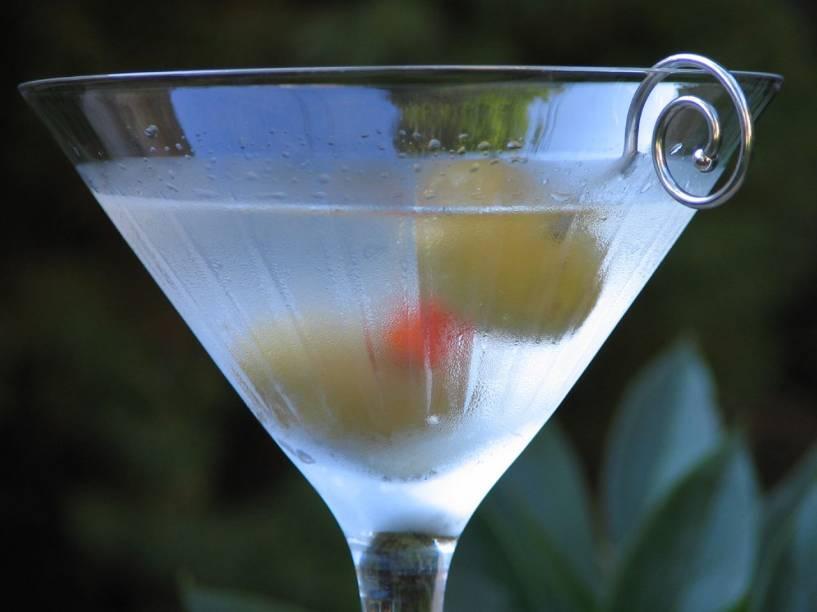 """<strong>5. Martini – <a href=""""http://viajeaqui.abril.com.br/paises/reino-unido"""" rel=""""Inglaterra """" target=""""_blank"""">Inglaterra</a></strong>                    Dos muitos drinks criados na Inglaterra (afinal, é uma terra de muitos bebedores semi-profissionais), o martini é um dos mais icônicos por ser o drink preferido da Rainha Elisabeth I (falecida em 2002 aos 101 anos de idade). A Rainha Mãe, como se referem à bisa de William e Henry, bebia cerca de 8 unidades de álcool por dia (240ml – hoje em dia seria considerada alcoólatra). Sua hora favorita do dia era às 6h da tarde, que ela chamava de Hora Mágica, quando a rainha bebia um martini – todos os dias. James Bond, seu fiel espião, também é adepto do martini: batido e não mexido. God save the Queen!                    <strong>Experimente em casa:</strong>bata ou misture 6 partes de gim, 1 parte de vermute branco (transparente) em uma coqueteleira cheia de gelo. Coe e sirva em taça alta de martini, torça a casca de um limão siciliano sobre o drink para liberar seus óleos essenciais e sirva com uma ou duas azeitonas.                    Para preparar um """"dry martini"""", é preciso usar gin e vermute secos. Caso queira um """"perfect martini"""", adicione quantidades iguais de martini seco e doce. E ao """"dirty martini"""", inclua um chorinho de água de azeitona (aquela que vem no vidro mesmo)."""