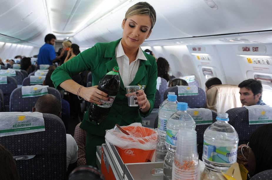 Claudia Leitte esbanja destreza ao servir os passageiros