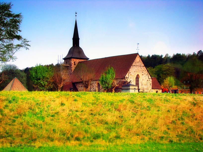 A cidade de Sodertalje está localizada na província histórica de Södermanland. Construções como a dapequena igreja da foto misturam-se ao charme de suas paisagens naturais