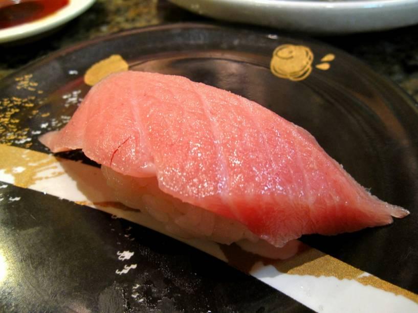 <strong>Atum </strong>Entre os pescados mais caros do planeta, o atum, o crustáceo <em>king crab </em>e o redondo baiacu, estão entre os mais caros. Raridade, dificuldade na captura e preparação e limitação nas cotas de captura têm contribuído para a disparada dos preços. As duas primeiras espécies estão rapidamente sumindo de nossos oceanos, por conta da alta demanda. Recentemente, o leilão de um atum azul de 269 quilos alcançou o preço recorde de US$ 736.700, ou seja, US$ 2.736 o quilo. As partes mais nobres do peixe, o gorduroso <em>o-toro</em>, chegaram a valores muito mais elevados.