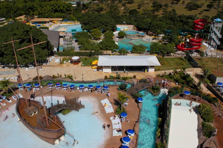 """<strong>RIO QUENTE </strong>    O pacote de quatro noites com meia-pensão é no<a href=""""http://viajeaqui.abril.com.br/estabelecimentos/br-go-rio-quente-hospedagem-rio-quente-cristal-resort"""" rel="""" Cristal""""> Cristal</a>, o hotel top (e mais novo) do complexo Rio Quente Resorts, Resort do Ano pelo Prêmio VT 2013/2014. Além de curtir o bom restaurante e a piscina com vista para a mata, os hóspedes têm acesso livre aos toboáguas do famoso <a href=""""http://viajeaqui.abril.com.br/estabelecimentos/br-go-rio-quente-atracao-hot-park"""" rel=""""Hot Park"""">Hot Park</a> e às águas termais do Parque das Fontes.    <strong>Quando:</strong> Em 16 de março <strong>Quem leva:</strong> A <a href=""""http://valetur.com.br/"""" rel=""""Valetur """" target=""""_blank"""">Valetur </a>(11 3509-3327) <strong>Quanto:</strong> R$ 3 796 - <a href=""""http://www.rioquenteresorts.com.br/"""" rel=""""rioquenteresorts. com.br"""" target=""""_blank"""">rioquenteresorts. com.br</a>"""