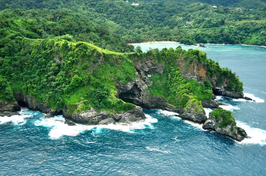 A deserta praia de Englishmans's Bay, atrás do morro, é considerada uma das praias mais bonitas da ilha de Tobago