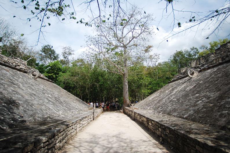 """<strong>11. Cobá</strong>A 40 quilômetros de Tulum, Cobá é outro sítio arqueológico de destaque na Riviera Maia. Na foto, o campo onde era disputado o """"jogo de pelota"""", o futebol maia, em que o objetivo era fazer com que uma bola produzida a partir do látex extraído das árvores passasse por dentro dos aros situados nas laterais"""