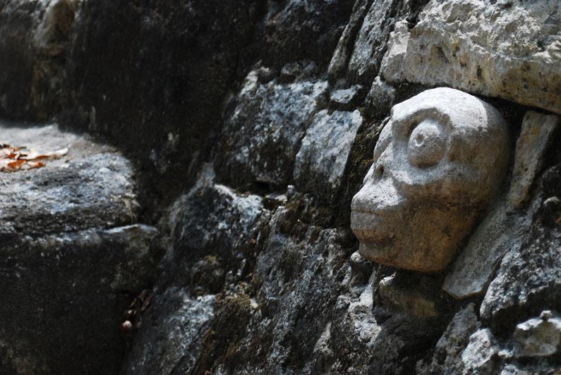 <strong>Cobá</strong><br />Calcula-se que haja mais de 6,5 mil estruturas no sítio arqueológico, mas poucas foram recuperadas. Entre elas, cerca de 30 estelas – totens em que os maias gravavam a história de suas cidades e de seus governantes –, altares, pirâmides e painéis. Cobá disputou com Chichén Itzá o domínio da região e acabou subjugada pela rival<br />