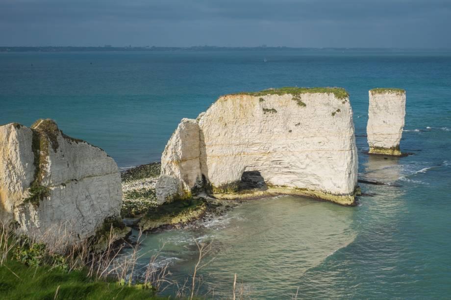 """<strong>8. <a href=""""http://www.youtube.com/watch?v=yKNxeF4KMsY"""" rel=""""Coldplay – Yellow"""" target=""""_blank"""">Coldplay – Yellow</a> - Praia em Studland Bay, Dorset, Sudoeste da <a href=""""http://viajeaqui.abril.com.br/paises/reino-unido?iframe=true"""" rel=""""Inglaterra"""" target=""""_self"""">Inglaterra</a></strong>                        O cenário do clipe, no entanto, é mais feliz: uma das belas praias de <em>Studland Bay</em>, populares entre os moradores do país e que lotam durante o verão"""