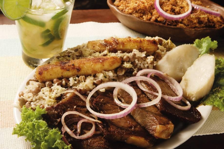 """<a href=""""http://viajeaqui.abril.com.br/estabelecimentos/br-ce-fortaleza-restaurante-colher-de-pau"""" rel=""""Colher de Pau""""><strong>Colher de Pau </strong></a>(em Varjota)<br /><br />A carne de sol com baião de dois é um dos pratos recomendados no restaurante regional Colher de Pau. Para quem prefere receitas litorâneas, a pedida é a peixada cearense."""
