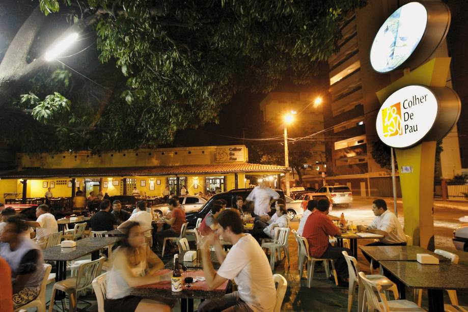 """<a href=""""http://viajeaqui.abril.com.br/estabelecimentos/br-ce-fortaleza-restaurante-colher-de-pau"""" rel=""""Colher de Pau""""><strong>Colher de Pau</strong></a> (em Varjota)<br />    <br />    No cardápio deste restaurante regional, há receitas do litoral e do interior do Ceará. Com bom custo/benefício, as receitas agradam ao público, que lota as mesas do ambiente despojado. O sucesso rendeu até a abertura de uma filial em São Paulo"""