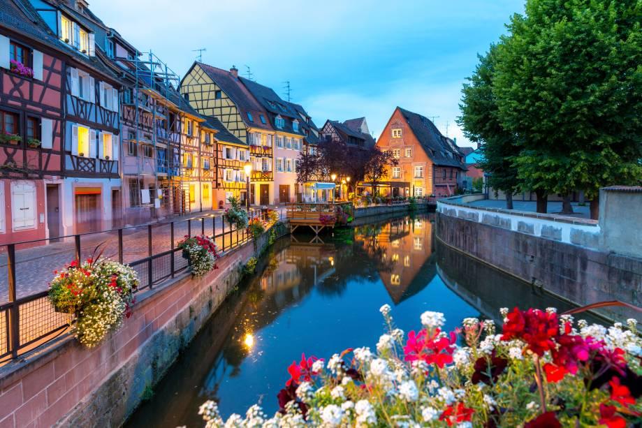 """<a href=""""http://viajeaqui.abril.com.br/cidades/franca-colmar"""" rel=""""Colmar"""" target=""""_blank""""><strong>Colmar</strong></a>                            O vilarejo que se localiza na deliciosa Rota do Vinho é um dos mais floridos da região da Alsácia - que faz fronteira com a Alemanha e a Suíça. Os seus canais lembram muito os italianos, de Veneza, e ficam sempre repletos de flores que dão vida aos muros e pontes da margem"""